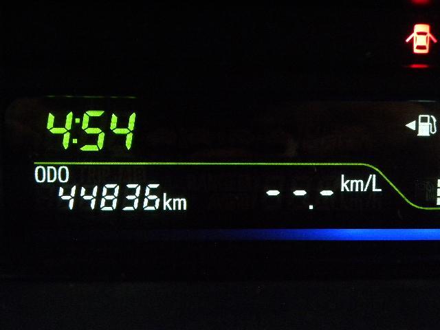 メーター内には、瞬間燃費・平均燃費・航続可能距離等が表示できます。当社HPで車両詳細と保証内容、特典を公開中!お得な情報もあります。是非ご覧下さい。[carac]検索で!