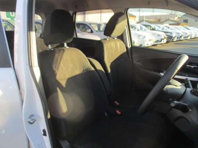 フロントシートはベンチ式となり、アームレストが付いております。