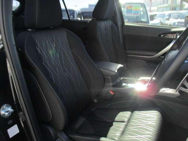 長時間の運転も疲れにくい余裕たっぷりのフロントシートです。