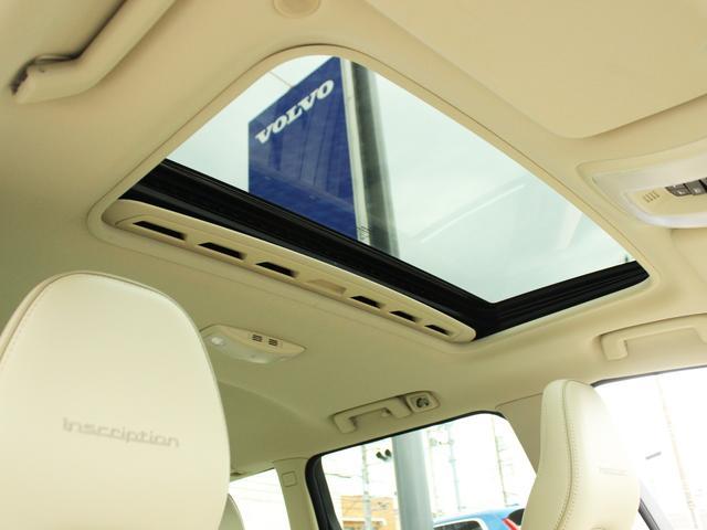 ガラスサンルーフ搭載により、開放的な車内空間を実現します。