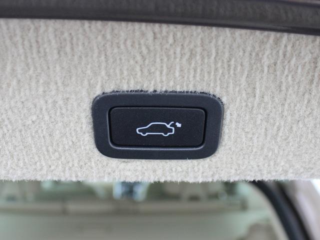【パワーテールゲート】背が高く開口部も大きいSUVではテールゲート先端部を手で掴んで降ろすのは簡単なことではありません。便利な機能としてスイッチ一つで開閉可能なオートテールゲートを採用しています。
