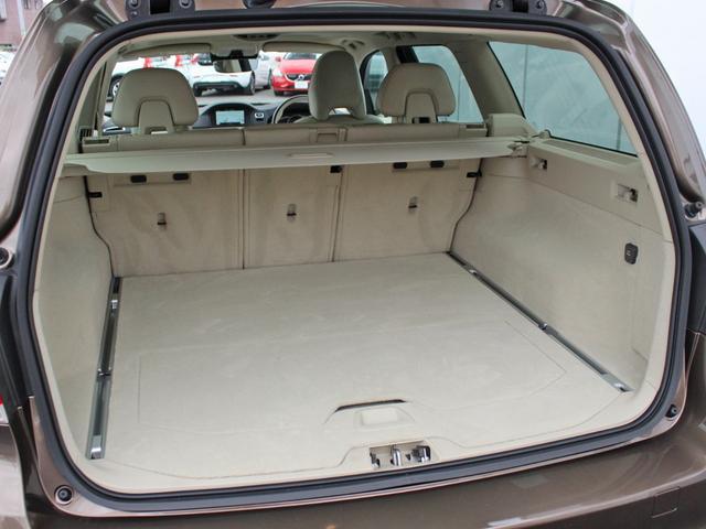 【ラゲッジスペース】 ステーションワゴンの醍醐味である大きな荷室空間。 フラットスクウェアな床面に加え、開口部の頂点を深く取ることにより、クラスを超えた積載量と使い勝手を誇ります。