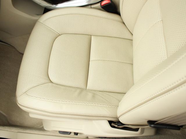 ドライバーの身体を支えるシートの表皮には、手触りのいい本革を使用しました。