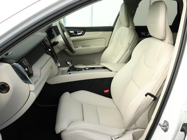 【フロントシート】人間工学に基づき、運転席側に傾けられたコックピット。整形外科医の監修を受けて作られるシートの座り心地には古くから定評があり、長距離ドライブでも決して疲労を感じさせることはありません。