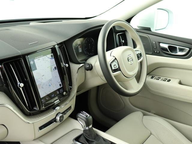 【コックピット】人間工学に基づいて設計されるボルボのインストルメントパネル。僅かに運転席側へと傾けられているほか、余計なスイッチ類を可能な限り排し、運転に集中しやすい環境を造り出しています。