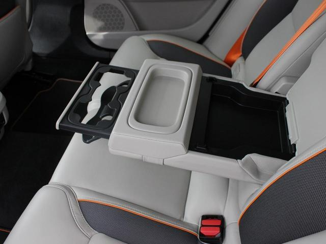【リアシート】後部座席にも大きなアームレスト及びドリンクホルダーが搭載されます。車内に散らばりがちな小物類をまとめて収納可能なポケットも設置されております。ゆったりとしたラグジュアリーな車内空間です。