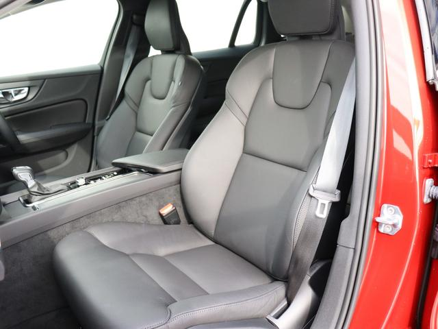 現代的な感覚と雰囲気をテーマにしたV60Momentumのシート表皮は、レザーパッケージによりチャコールカラーの本革シートが奢られます。