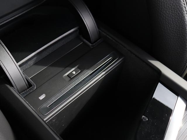 センターコンソールにはCD挿入口とUSBジャックが装備されます。
