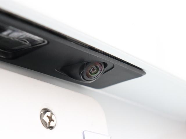 【リアカメラ&リアコーナーセンサー】目立たない箇所に設置されたカメラとセンサーによるWサポート。雨天時や夜間など、後方視界の確保が困難な時にも最適な駐車ラインをアナウンスしてくれます。