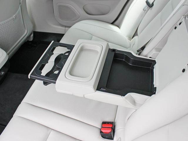 【リアシート】後部座席にもアームレスト及びドリンクホルダーが搭載されます。車内に散らばりがちな小物類をまとめて収納可能なポケットもきちんと設置されております。