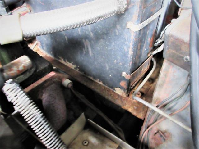 バッテリーの台もサビ腐食等があります。