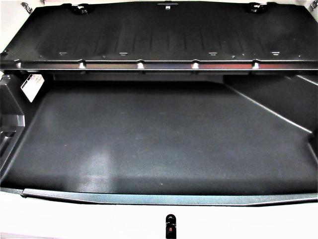 リヤフロアボードの下には広いBOXになっているので荷物も沢山積めちゃいます。