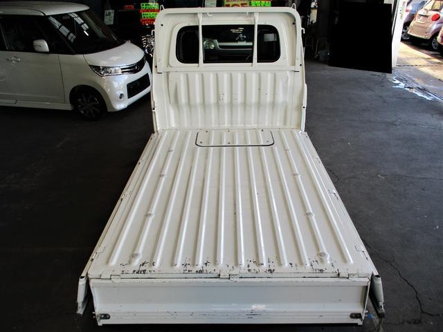 荷台フロア・サイドパネルのダメージもほとんど無くキレイです♪荷室のダメージが少ない軽トラックは希少です!お早いご連絡をお待ちしております☆