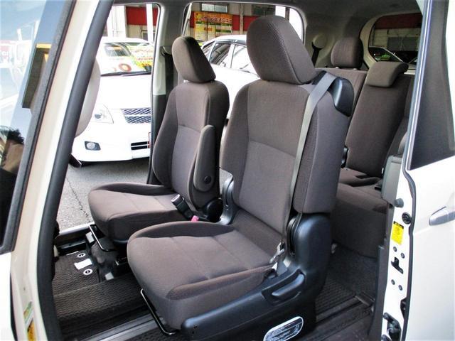 すわり心地の良い専用シート♪もちろん助手席共にヘタリ・シミ・ほつれ・破れ等もなくキレイな状態です◎運転席はアームレストも付いているので運転中もくつろげます♪