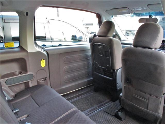 リヤスイングドアは運転席側から後ろの席にサッとアクセス☆乗降りはもちろん、後席へちょっと荷物を置きたい時も、スイングドアがとっても便利です☆左右非対称のドアは、用途によって使い分けられます!