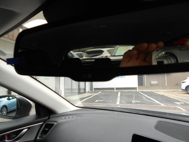 後続車のヘッドランプなど一定以上の強い光を受けると、ルームミラーの反射率を自動的に下げて、ドライバーが感じる眩しさを抑える自動防眩ルームミラー。