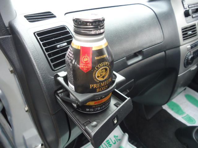 助手席に格納式ドリンクホルダー装備しています。ドリンクを置いてみましたが安定感もありとっても便利です。運転席にも装備してます