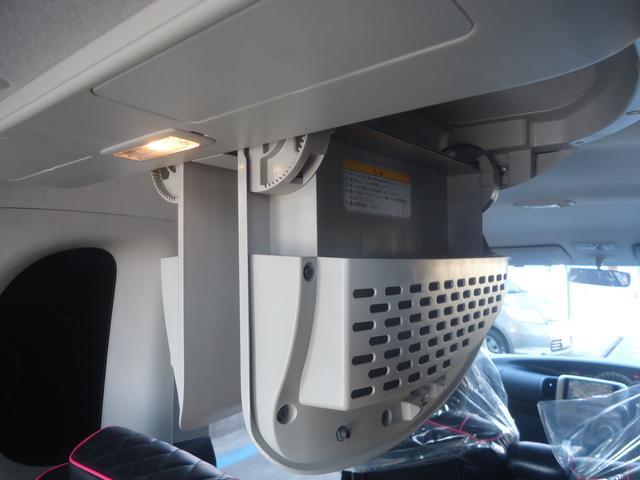 後部座席上部には開閉式BOXを装備!かなり使い勝手が良く重宝致します