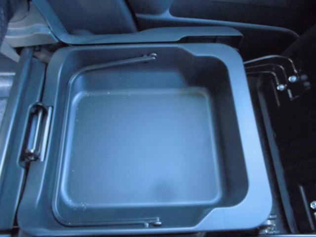 助手席下にはボックスがあり、かなりの小物が入りますよ(^o^)/
