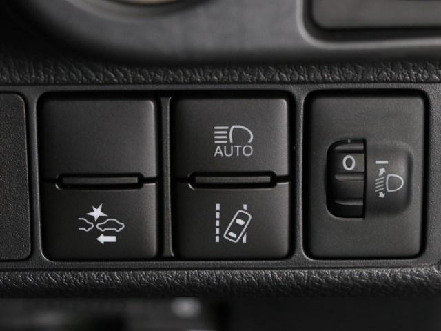 レーンキーピングやプリクラッシュセーフティなど安全装備が付いたトヨタセーフティセンス。ハイビームも自動で切り替える機能も付いています。