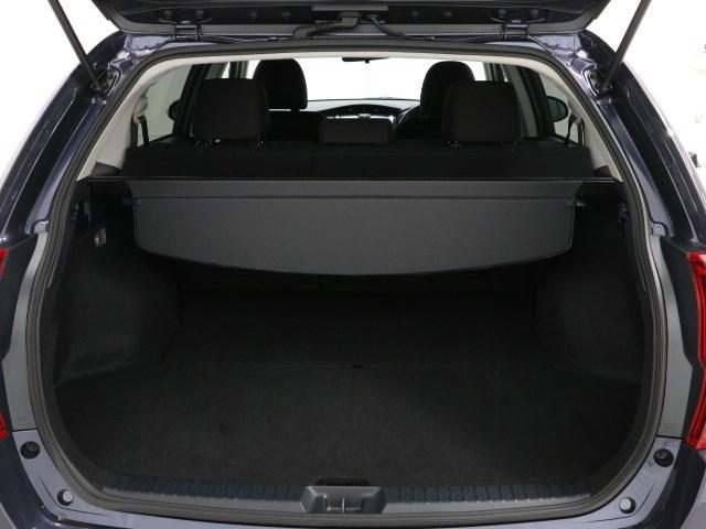 開口部が広く使いやすい荷室です、プライバシーを守るロール式のトノカバーも装備しています。