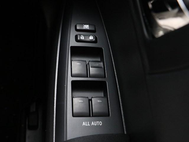 全席ワンタッチでドアガラスのフル開閉が可能な、オート機能(挟み込み防止装置付き。)