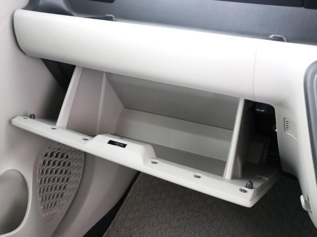 収納スペースいっぱいがあるから、雑誌に地図にペットボトルといっぱい詰め込んじゃえます。 限られた車内の収納スペースを有効活用できるのも重要なポイントですよね。