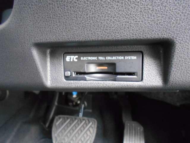 ETCならこんな利点が!!1. キャッシュレスシステムで、現金などを用意する必要無し!2. 料金所をノンストップで通過!3. 料金所付近での発進・停止の繰り返しがなくなり、排気ガスや騒音の発生が削減さ