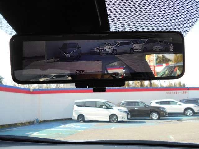 スマートルームミラー:後席乗員ヘッドレスト荷物が写り込み見にくくなりがちな後方視界。後方カメラ映像をミラー面に映します。 車内状況や天候に左右されず夜間カメラ感度UPさせクリアな後方視界が得られます。