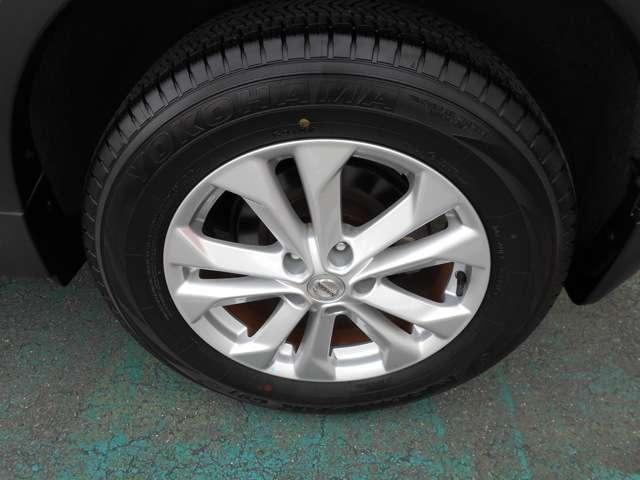 立体感のあるスポークデザインでタフな足回りを表現。アルミホイールやスタッドレスタイヤなど各種タイヤ交換もご相談も賜ります。