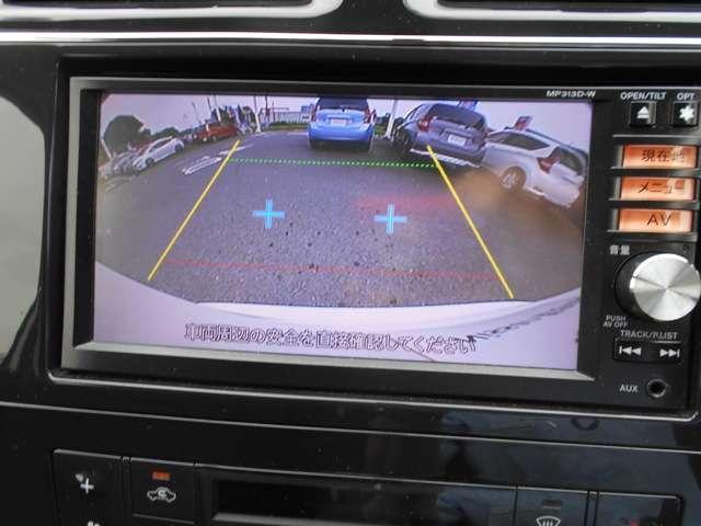 駐車中の見ずらい後方視野をカメラで映像にしてモニターに表示します。ひと目で周囲の状況がわかるため、スムースに駐車できます。
