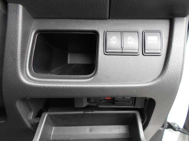 ボタンを押すだけでカンタンにオート開閉できます。スライドドアの開閉が重く感じる方にも便利なアイテムです。しかも、両側ともオートスライドです。