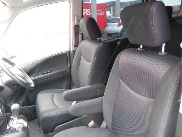 運転席・助手席のどちらからでも後席にすばやくアクセス可能。こどもの乗せ降ろしや、赤ちゃんのお世話にも便利です。