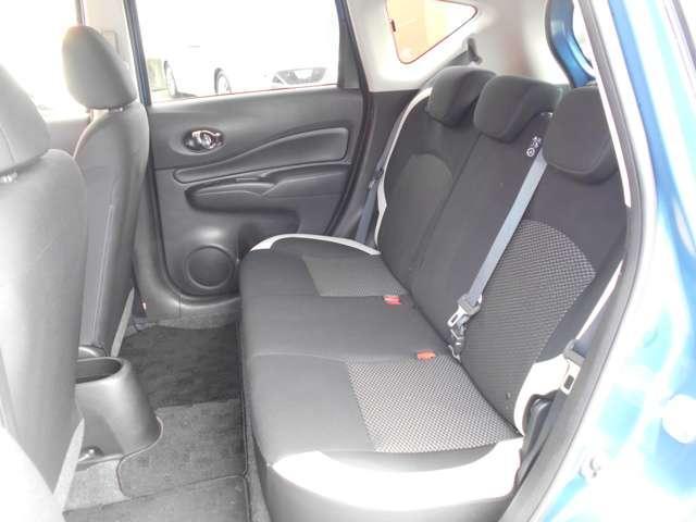 後席の膝回り空間は驚くほど余裕たっぷり。後席からの前方視界も広々としています。後席ドアは最大で約90度も開くので、チャイルドシートへのお子さまの乗降や荷物の積載もスムース。