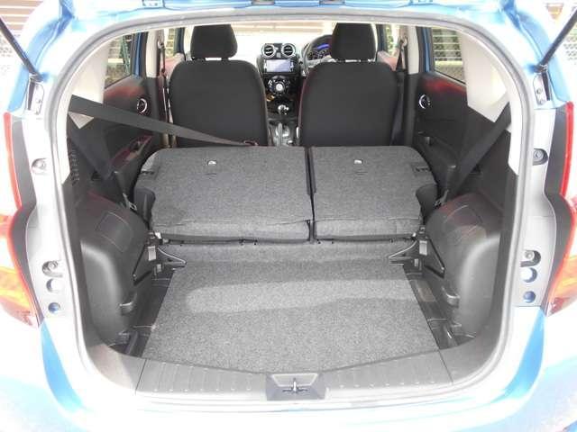 リヤシートを倒すと、9インチのゴルフバッグを並べて最多3個積載できる大容量。