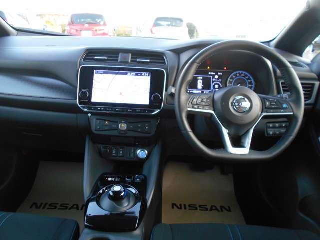 各種操作スイッチをステアリングに集中させることにより、ドライバーの視線の移動を極力抑え、操作性の向上を図っています。