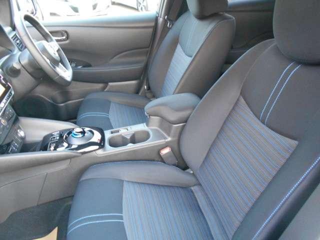 厚みがあって、座り心地のいいソファーのようなシート。運転席も助手席もリラックスしてゆったり座れます。し・か・も・のったら直ぐにポッカポカのシートヒーター付きです