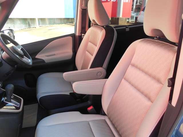 ロングドライブでも疲れにくい中折れ(スパイラルサポート)形状の背もたれパッドを、運転席・助手席と2列目左右シートに採用しました。