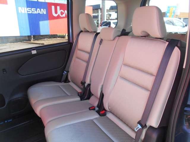 真ん中のシート位置を動かすことでシートアレンジも思いのまま セカンドシートを二人掛けにも三人掛けにもできます。