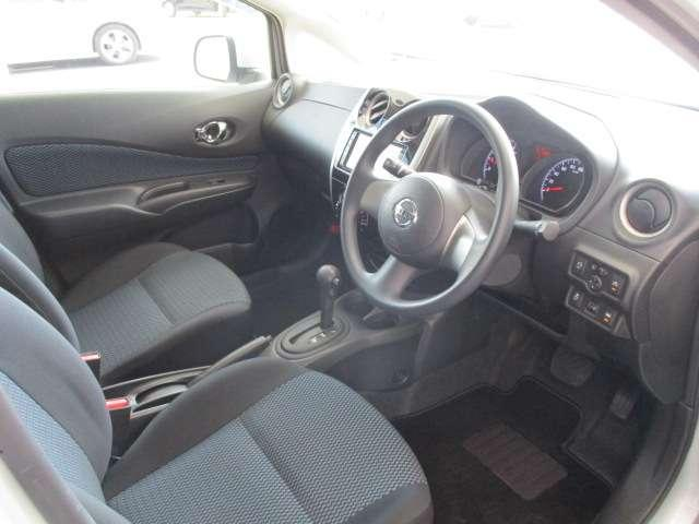 運転席は視界もよく見渡しが良い車です。