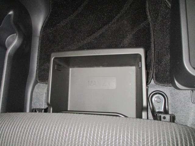 助手席シートアンダーボックスがるので、CDやDVDなど綺麗にしまえます。