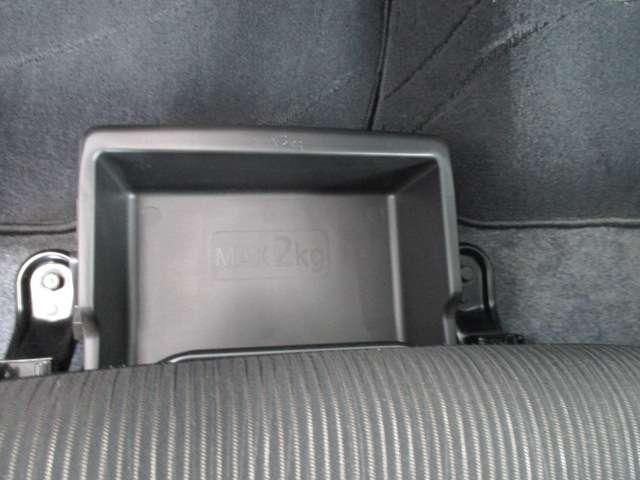 助手席下のアンダーボックスなど、日常の使い勝手や美観にも配慮した収納スペース。