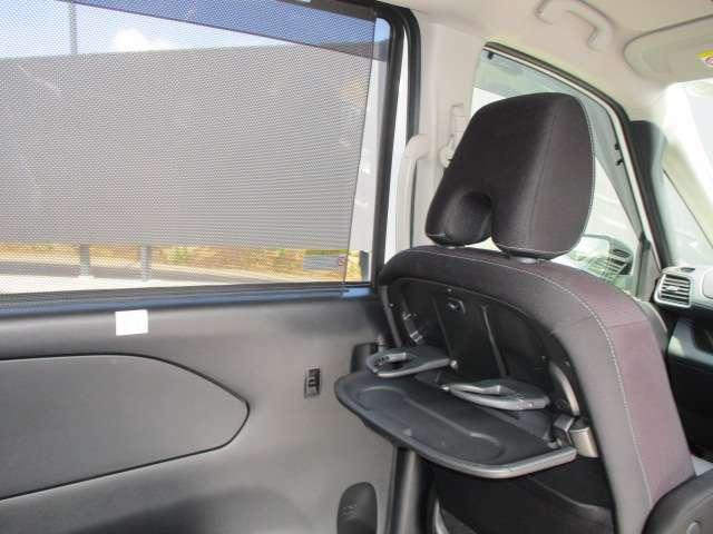 お弁当や飲み物をテーブルに置いて車内でピクニック気分が味わえます。