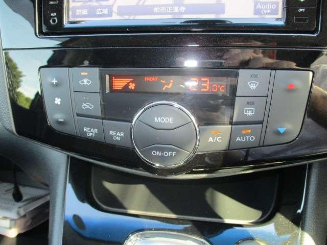 オートエアコン付きですので、風量調節などはコンピューターで自動調整。後席の温度などもフロントのエアコンから調節可能。