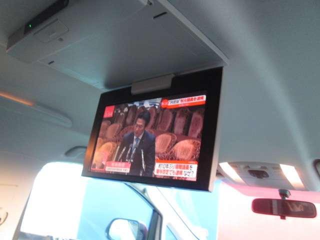 後席のモニターでテレビもDVDも見られます!長距離のドライブも退屈させません☆