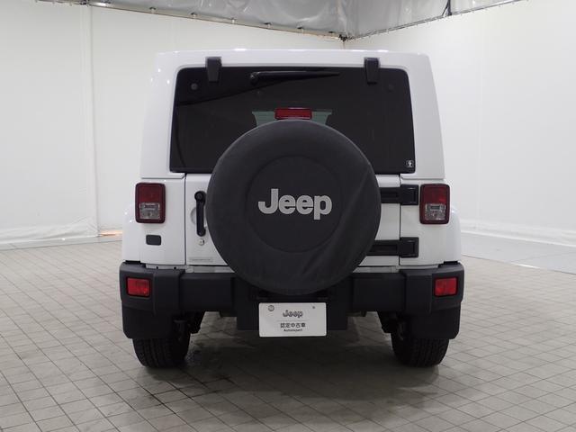 リアにスペアタイヤを装着!タイヤカバーの「Jeep」ロゴが目立ちます!