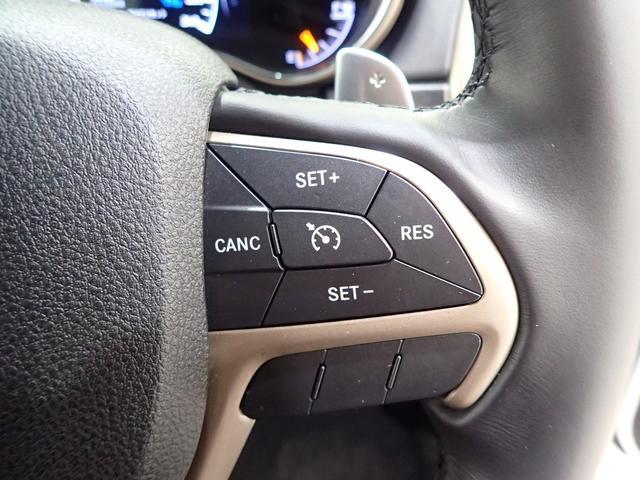 ステアリングにはクルーズコントロールのスイッチがあり手元で操作できます!!