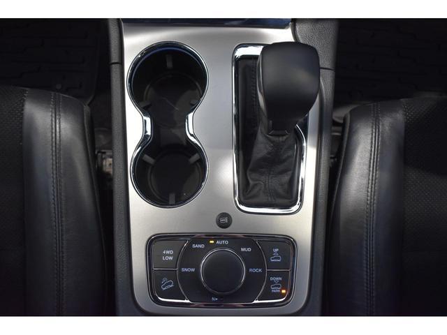 アルティテュード 全国限定135台 HIDヘッドライト LEDフォグライト ハーフレザーシート パワーシート Bluetooth接続 ブラックアクセントJEEPバッジ 純正ブラック20インチAW(21枚目)