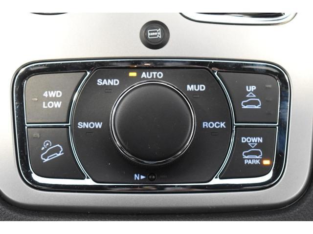 アルティテュード 全国限定135台 HIDヘッドライト LEDフォグライト ハーフレザーシート パワーシート Bluetooth接続 ブラックアクセントJEEPバッジ 純正ブラック20インチAW(22枚目)