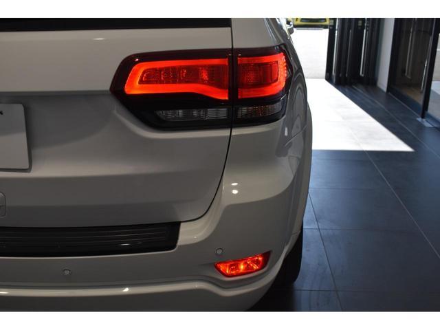 アルティテュード 全国限定135台 HIDヘッドライト LEDフォグライト ハーフレザーシート パワーシート Bluetooth接続 ブラックアクセントJEEPバッジ 純正ブラック20インチAW(36枚目)